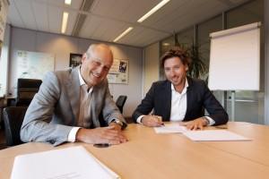 Foto: Eric van Eijndhoven (Connexxion) en Victor van den Berg (Mobility Card Services) zetten hun handtekening onder de overeenkomst.
