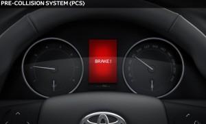 Het Pre-Collision System (PCS) van Toyota kan eventueel zelf remmen om een aanrijding te voorkomen.