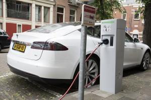 Een elektrische auto kan laden én ontladen aan de slimme laadpaal in de Utrechtse wijk Lombok. (FOTO: © Oscar Timmers)