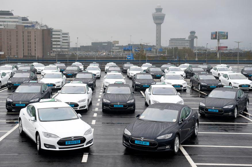 De eerste 50 Tesla Taxi's die dienst gaan doen op Schiphol