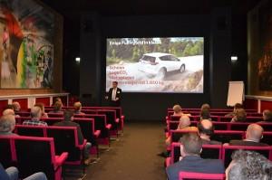 In groepen kregen de deelnemers uitleg over de hybride-strategie van Toyota en Lexus